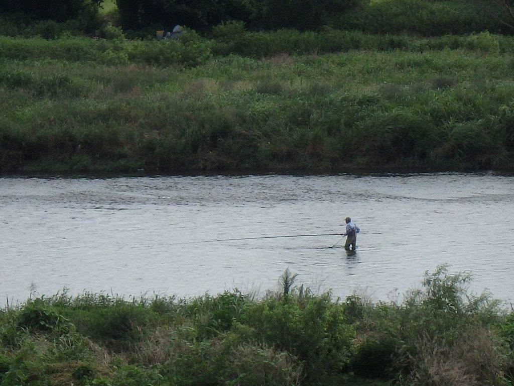 二子玉川で釣りをする人 (多摩川)